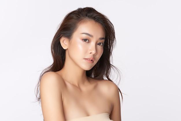 Piękna młoda azjatycka kobieta z czystą, świeżą skórą