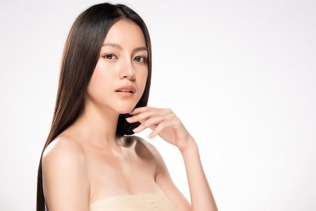 Piękna młoda azjatycka kobieta z czystą świeżą skórą