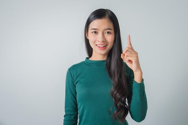 Piękna młoda azjatykcia kobieta uśmiechnięta i patrzeje szczęśliwie