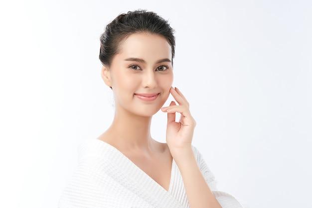 Piękna młoda azjatykcia kobieta z czystą, świeżą skórą, pielęgnacja twarzy, pielęgnacja twarzy, kosmetologia, uroda.