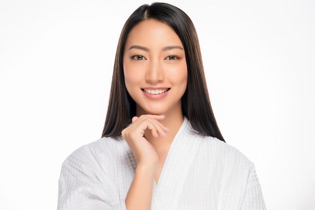 Piękna młoda azjatykcia kobieta z czystą świeżą skórą