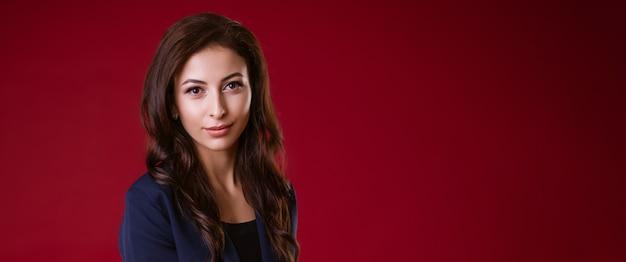 Piękna młoda biznesowa kobieta brunetka w garniturze