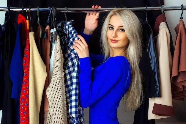 Piękna młoda blond kobieta w sklepie odzieżowym