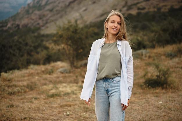 Piękna młoda blondynka w górach, z bliska