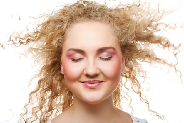 Piękna młoda blondynka z kręconymi włosami