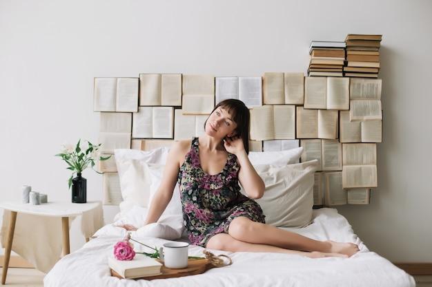 Piękna młoda brunetka kobieta śniadanie w łóżku