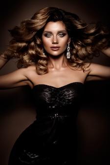Piękna młoda brunetka z makijażem