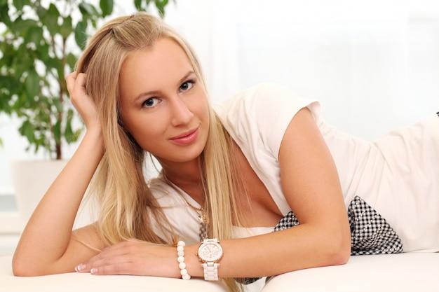 Piękna młoda caucasian kobieta w domu