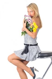 Piękna młoda caucasian kobieta w mini sukni