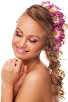 Piękna młoda caucasian kobieta z kwiatami