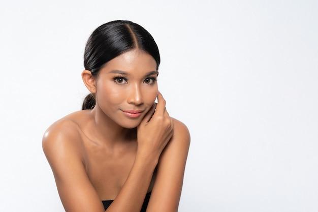 Piękna młoda ciemnoskóra kobieta z idealną skórą i makijażem. makijaż ślubny delikatne odcienie różu, makijaż mokry, połysk. seksowne usta. żywy różowy makijaż na białym tle. bliska strzał.