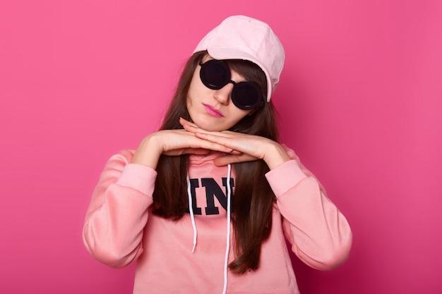 Piękna młoda ciemnowłosa nastolatka z dużymi czarnymi okularami przeciwsłonecznymi