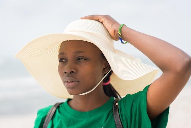 Piękna młoda czarna african american kobieta na tropikalnej plaży