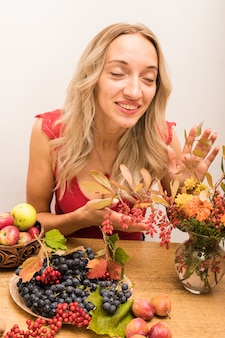 Piękna młoda dietetyk opowiada o korzyściach płynących ze zdrowego odżywiania