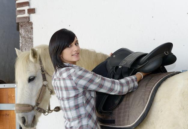 Piękna młoda dziewczyna i biały koń