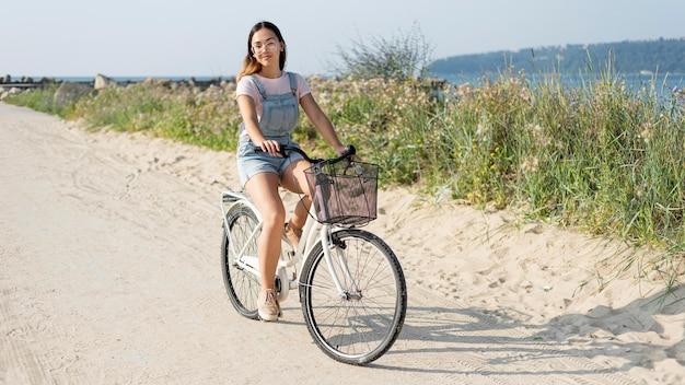 Piękna, młoda dziewczyna, jazda na rowerze na świeżym powietrzu