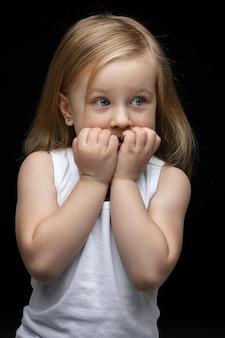 Piękna młoda dziewczyna jest smutna, boi się czegoś
