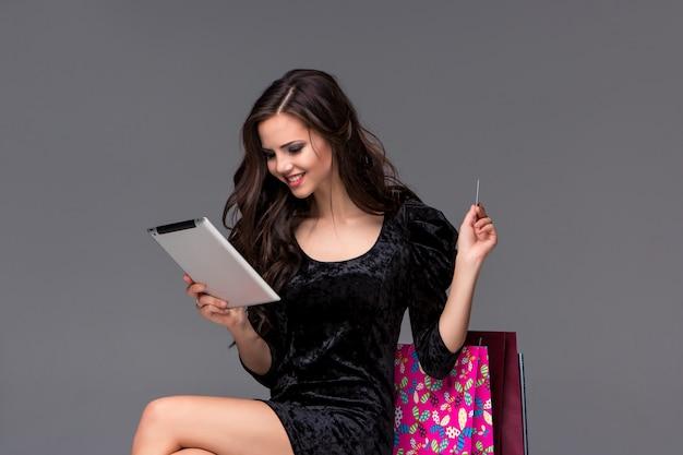 Piękna młoda dziewczyna płaci kartą kredytową na zakupy
