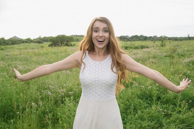 Piękna, młoda dziewczyna pokazuje radość z natury