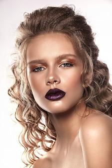 Piękna młoda dziewczyna portret, jasny makijaż i soczyste usta, białe tło.