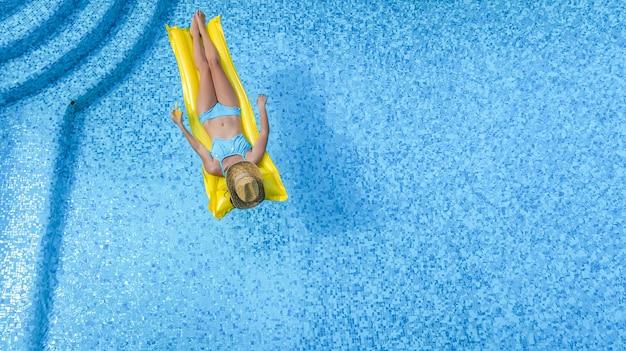 Piękna, młoda dziewczyna relaks w basenie
