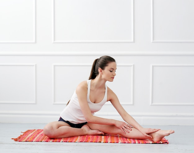 Piękna młoda dziewczyna robi joga