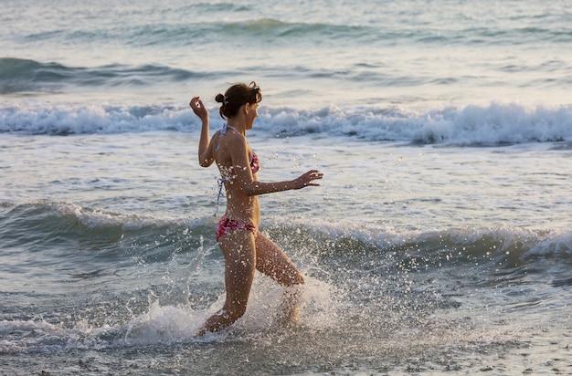 Piękna, młoda dziewczyna, skoki na morzu