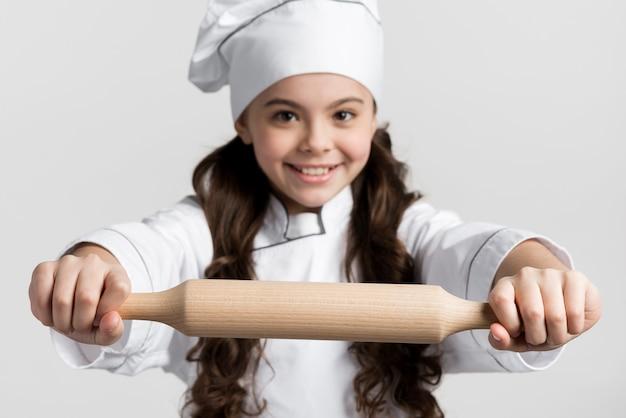 Piękna młoda dziewczyna trzyma tocznej szpilki