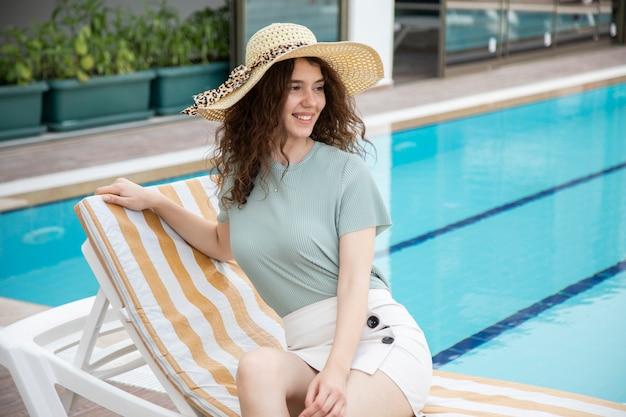 Piękna młoda dziewczyna w kapeluszu
