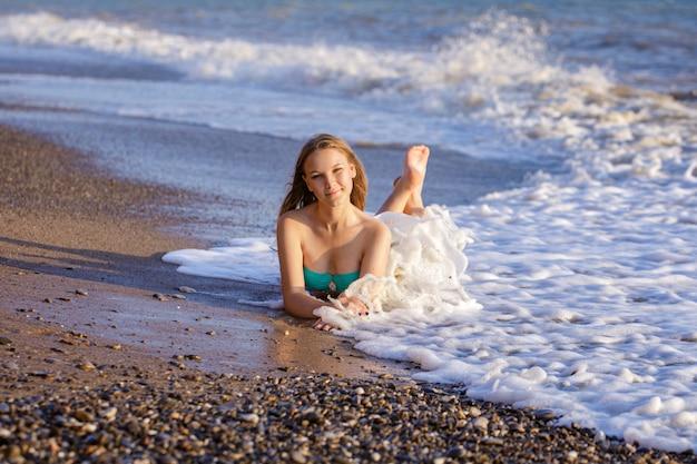 Piękna młoda dziewczyna w strój kąpielowy na brzegu morza fale.