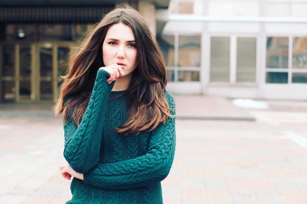 Piękna, młoda dziewczyna w zielonym swetrze