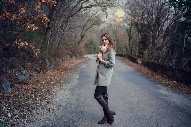 Piękna młoda dziewczyna. wycieczka do lasu, w góry.
