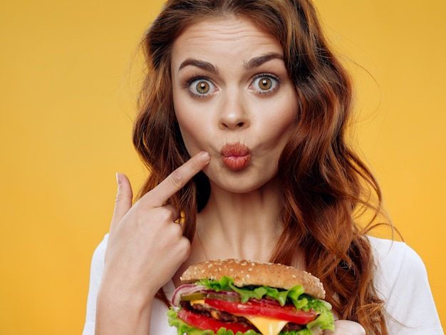 Piękna młoda dziewczyna z hamburgerem