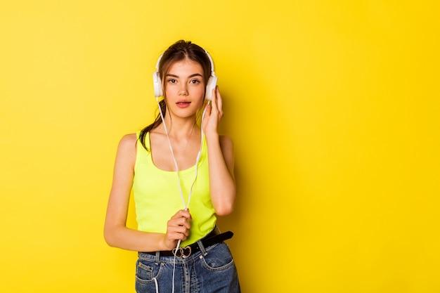 Piękna, młoda dziewczyna ze słuchawkami