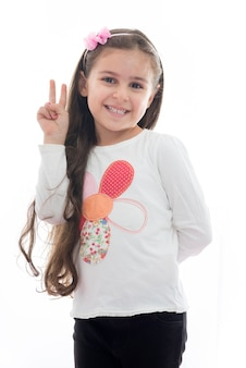 Piękna młoda dziewczyna ze znakiem zwycięstwa ręki