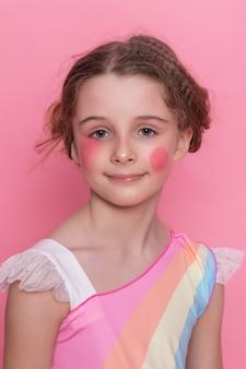 Piękna młoda dziewczynka z długimi falującymi włosami brunetka z jasnym makijażem wieczorowym idealna letnia opalenizna szczupła postać ubrana w kolorową krótką sukienkę