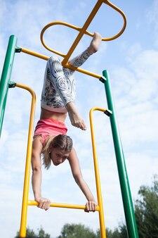 Piękna młoda gimnastyczka pracująca out outdoors