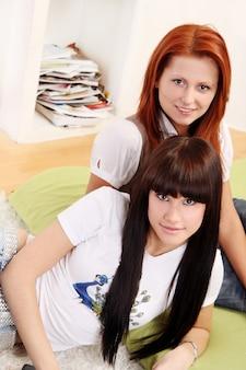 Piękna młoda i seksowna dziewczyna na bielu