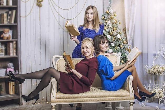 Piękna młoda i szczęśliwa kobieta dziewczyny książki świętują boże narodzenie