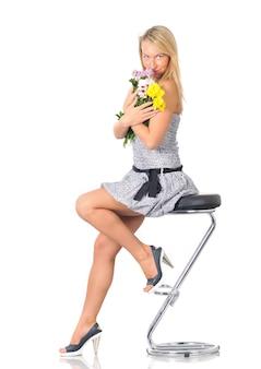 Piękna młoda kaukaski kobieta w mini sukienka pozowanie studio na białym