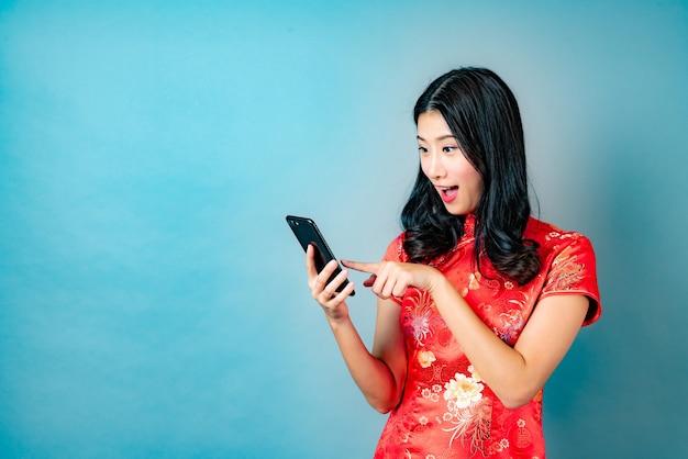 Piękna młoda kobieta azji pozowanie