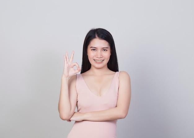 Piękna młoda kobieta azji uśmiechnięty portret dziewczyna z nosić różową sukienkę mieć zabawę i szczęśliwy z pozytywnym sukcesem na białym tle