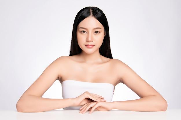 Piękna młoda kobieta azji z czystą, świeżą skórą. pielęgnacja twarzy, zabieg na twarz, kosmetologia, piękno i zdrowa skóra i koncepcja kosmetyczna, kobieta piękna skóra na białym tle.