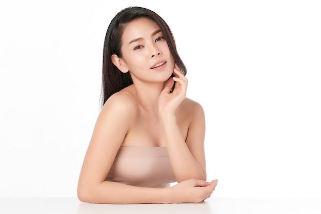 Piękna młoda kobieta azji z czystego, świeżego skóry, na różowym tle