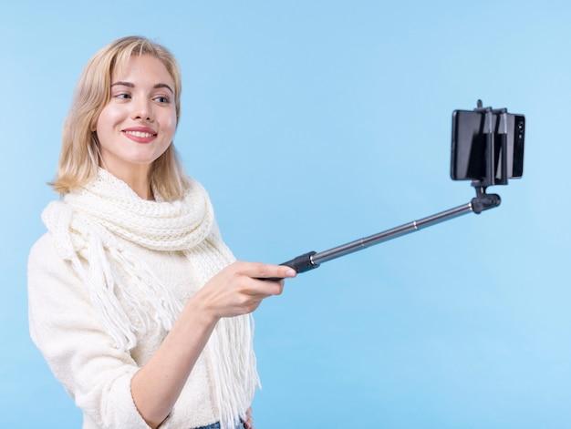 Piękna młoda kobieta bierze selfie