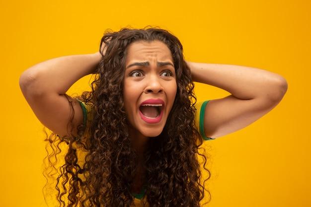 Piękna młoda kobieta brazylijski zwolennik z kręconymi włosami.