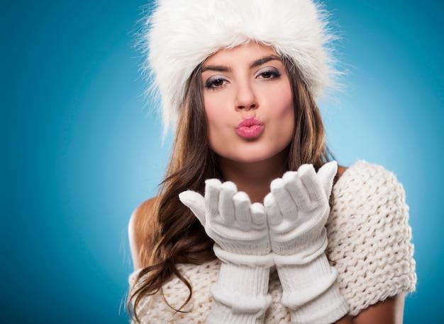 Piękna młoda kobieta całuje