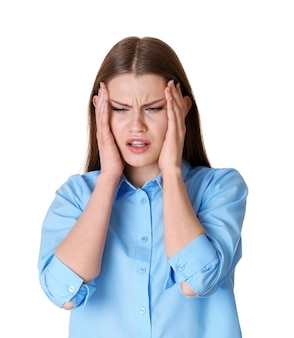 Piękna młoda kobieta cierpi na bóle głowy na białej powierzchni