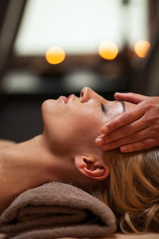 Piękna młoda kobieta cieszy się masaż
