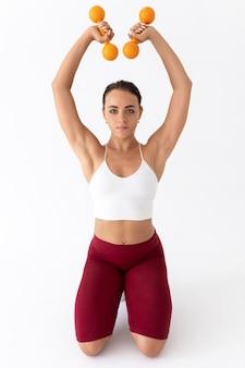 Piękna młoda kobieta ćwiczy